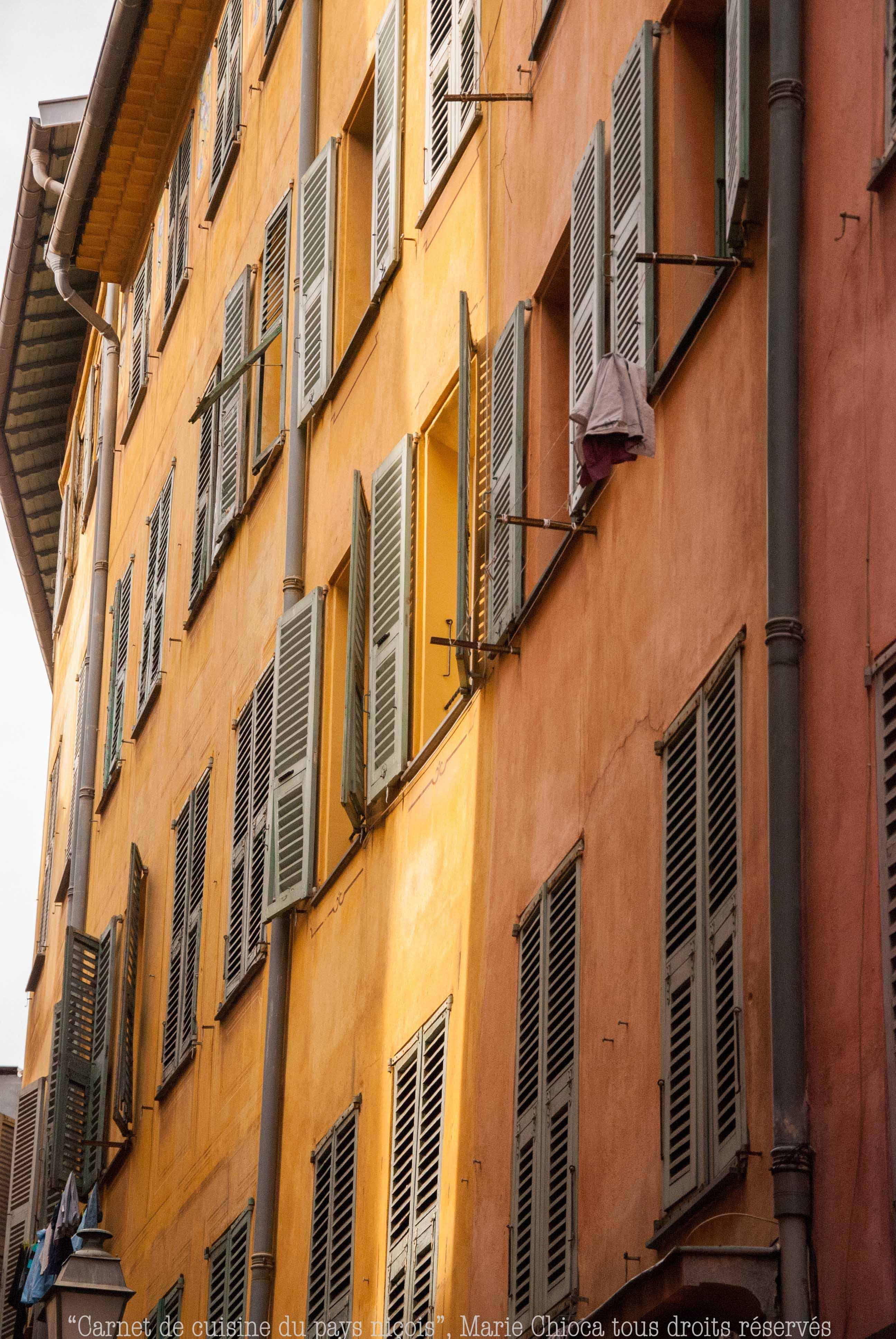 31 Rayon de soleil matinal sur une façade niçoise typique-2